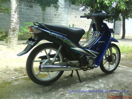 gambar motor Honda Supra Fit 2005 warna Hitam-Biru.