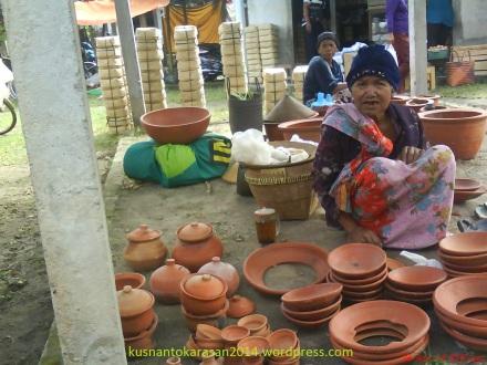 Simbah penjual produk gerabah di Pasar Turi.