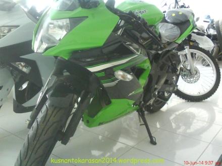 Tampak samping depan Ninja 250 RR Mono.
