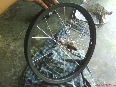 Ruji telah terpasang menjadi sebuah roda sepeda.