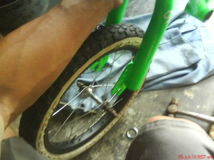 pasang roda depan sepeda