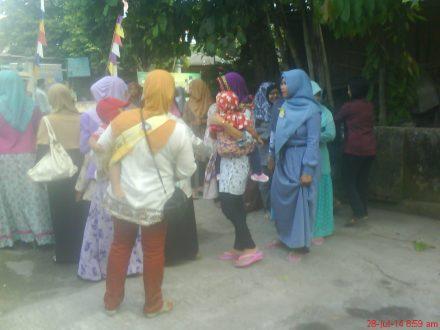 saat baru datang di acara halal bi halal keluarga besar warga pedukuhan Karasan.
