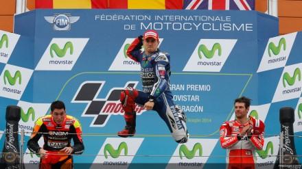 Kegembiraan Jorge Lorenzo di atas podium di apit oleh Aleix espargaro dan Cal Crutchlow.