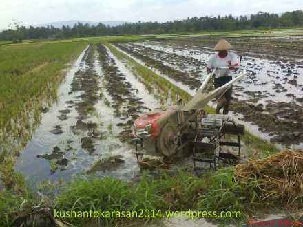 Mesin traktor pembajak tanah sawah