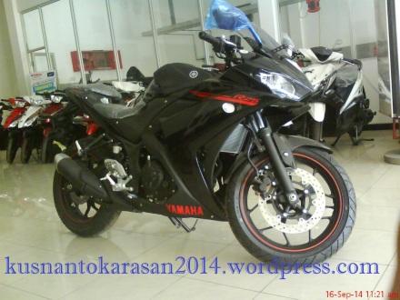 samping kanan depan Yamaha R25 warna Hitam/ Predator BLACK