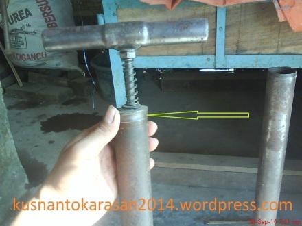 Tutup pompa untuk membuka bagian dalam /klep.