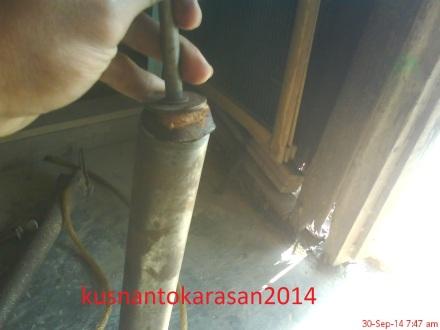 Memasang kembali as pompa yang telah dipasang klep baru