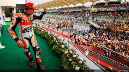 pemandangan beda Marquez di podium
