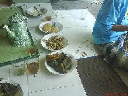 Aneka makanan dan teh hangat teman bekerja di acara penyembelihan hewan qurban