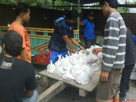 Distribusi daging Qurban kuntuk di bagikan ke seluruh warga dusun Karasan oleh remaja per-RT menggunakan 'keser'