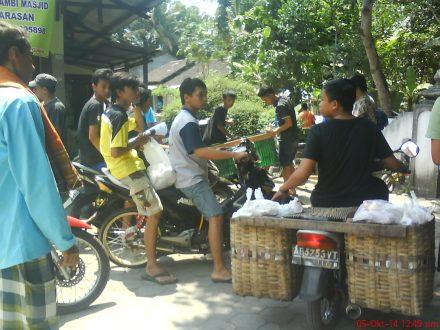 Distribusi daging Qurban ke seluruh warga dusun Karasan.