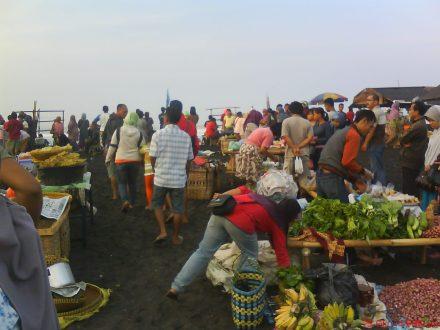 beragam pedagang makanan, jajanan, di padi hari di pantai Depok-Parangtritis