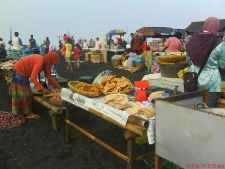pedagang aneka gogeng ikan di pantai Depok-Parangtritis