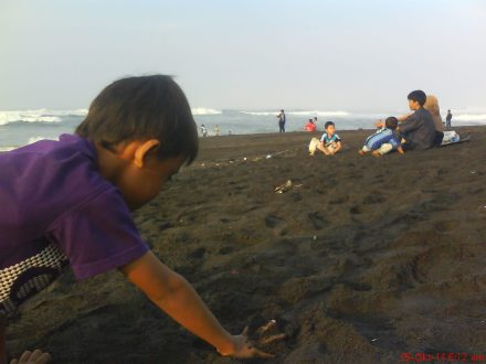 riangnya anak-anak bermain pasir pantai