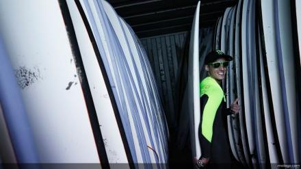 Pol Espargaro sedang memilh surf board
