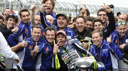 Valentini Rossi dan team merayakan kemenangan