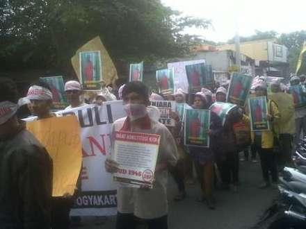 Tetangga bareng-bareng menolak penahanan Ervani