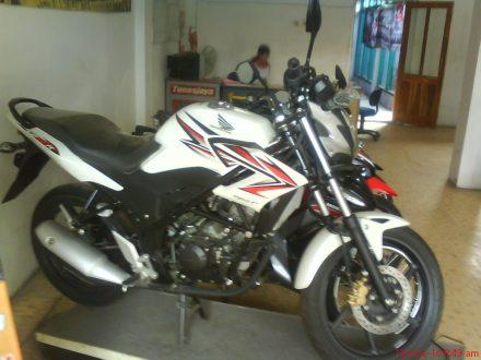 Honda CB150R Street Fire warna Speedy White (Putih)