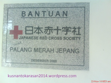 """Prasasti di Rumah Sakit Khusus Paru RESPIRA bertuliskan """"Bantuan dari Palang Merah Jepang"""""""