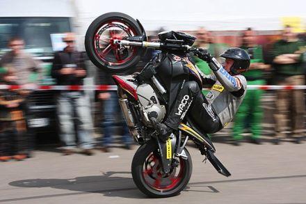 Wheelie dengan motor