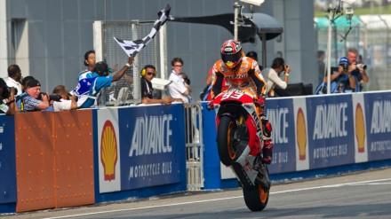 Aksi Marc Marquez melakukan wheelie saat memenangi sebuah balapan di MotoGP ™.