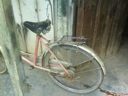 Gantunglah sepeda agar lebih mempermudah proses pengerjaan mengganti ban