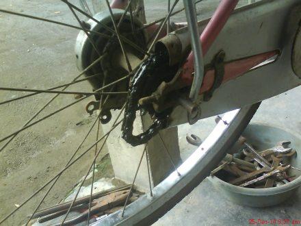 Tarik rantai kebelakang untuk mempermudah pelepasan roda