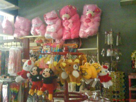 Koleksi boneka beruang besar yang masih ada di Toko Bu Dipo Bantul