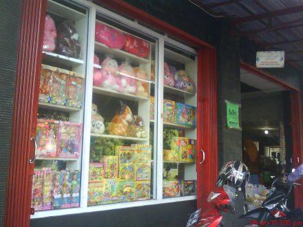 Etalase mainan & boneka di Toko Bu Dipo Bantul