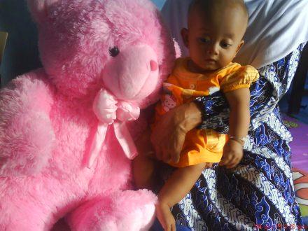 """Ini perbandingan ukuran boneka dengan adik """"Naura"""" yang berumur 8 bulan"""