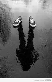 Harusnya memakai sepatu khusus yang anti air saat berkendara dikala hujan