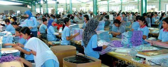 ilustrasi pekerja sedang bekerja di dalam pabrik