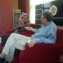 Photo Bill Gate (kanan) saat berbincang-bincang  dengan Rektor UGM Pratikno .