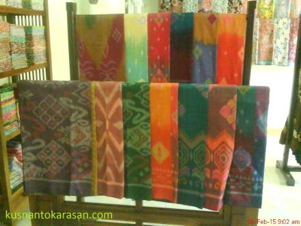 kain tenun yang ada di butik Batik Ramadhani