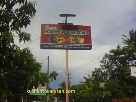 Papan mana Batik Ramadhani berada di Selatan jalan, tepat didepan showroom