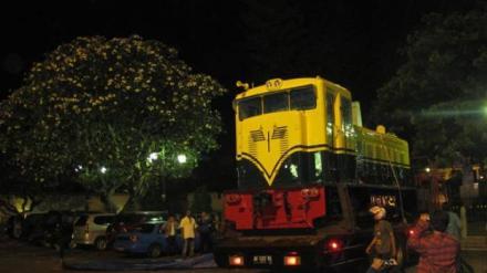 Saat proses pemindahan lokomotif Bima Kunting dari kebun Balai Yasa Ke Museum Benteng Vredeburg