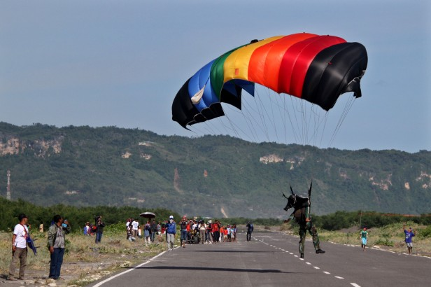 Atraksi paling menarik, terjun payung pada Jogja Air Show 2014