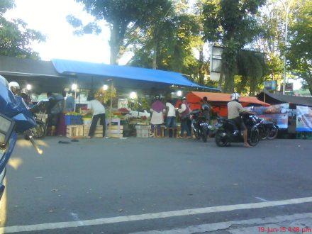 Salah satu kemeriahan penjaja buah-buahan di depan Pasar bantul