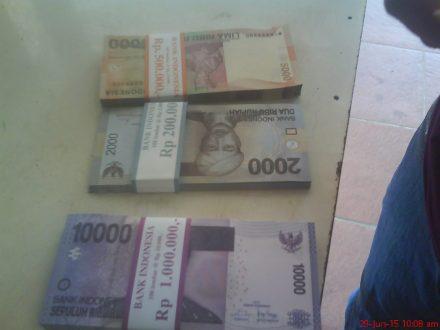 Akhirnya tertukar juga uang lama menjadi baru, seperti baru, hmmm bersih, rapi saja dipotong..hehehe