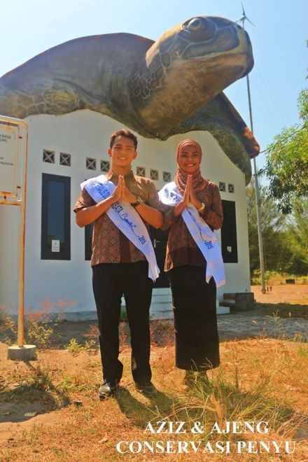 Aziz Bachtiar Cendekiawan saat bersama pasangan Diajeng- Ajeng Narulita saat berfoto di tempat konservasi penyu