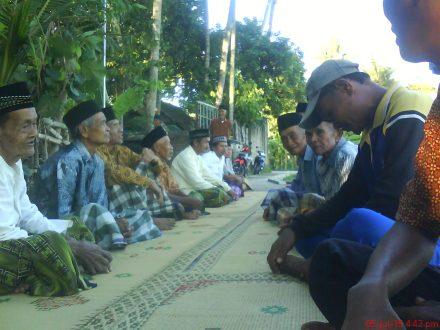 Sebagian warga yang menghadiri acara wiwitan yang berada di bulak Karasan