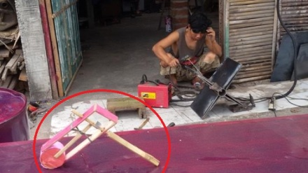 Mainan Othok-othok (dalam lingkaran) dan pembuatan otho-othok raksasa di bengkel [foto : tribunjogja/anas apriyadi]