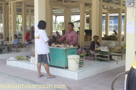 Bu Sarjiyem -pedagang daging ayam pasar Grogol