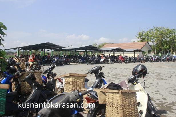 Tempat parkir sepeda/sepedamotor Pasar Hewan Imogiri di sisi Selatan