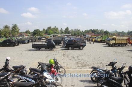 Tempat parkir yang luas di Pasar Hewan Imogiri