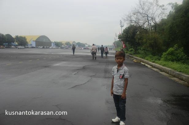 Suasana Pagi di Lapangan Udara Adisucipto yang masih ebrkabut dan aspal basah akan hujan
