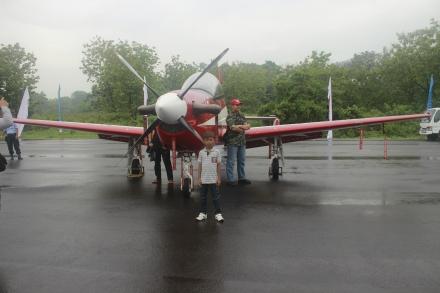 Anak-anak bisa mejeng didepan pesawat