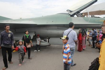 ini peasawt F16, sayang ambil gambar ga utuh