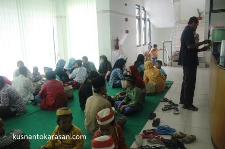Ana-anak beserta keluarga pendamping peserta Khitanan Massal