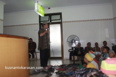 Ustadz Andi saat mendongeng dihadapan anak-anak peserta Khitanan massal